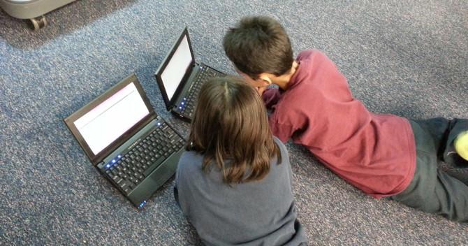 två barn och internet