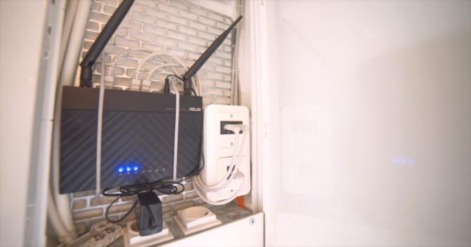 Trådlös router monterad i ett elskåp