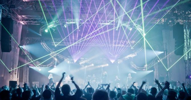 En arkivbild av hur det kan se ut med dans och ljusshow framför stora scenen på Dreamhack. Bilden kan vara från 2015.