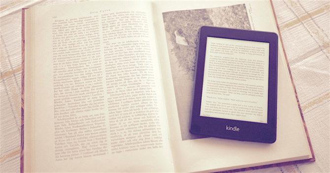 Kindle på en uppslagen bok.