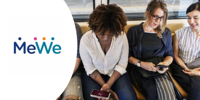 Tre kvinnor som tittar på sina mobiltelefoner, till vänster är det den sociala platformen MeWe's logga