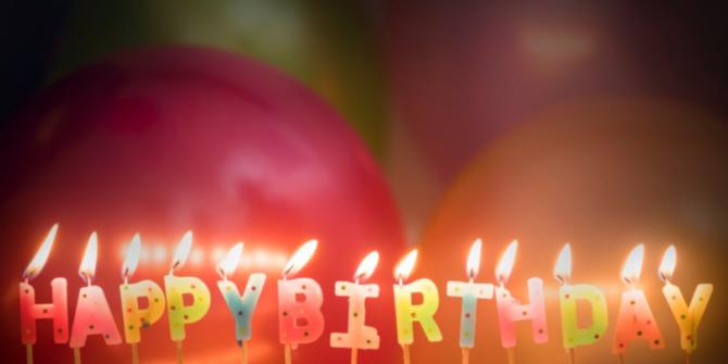 Födelsedagsljus där det står Happy Birthday som är tända