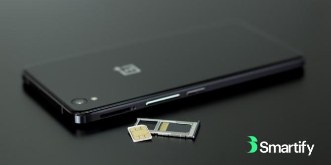 en svart mobiltelefon och sim-kort